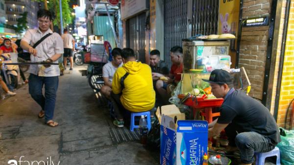 """Giữa phố đi bộ Nguyễn Huệ ở Sài Gòn """"đắt đỏ"""" có một hàng bánh mì chảo lụp xụp giá cực rẻ, cứ càng muộn là càng đông"""