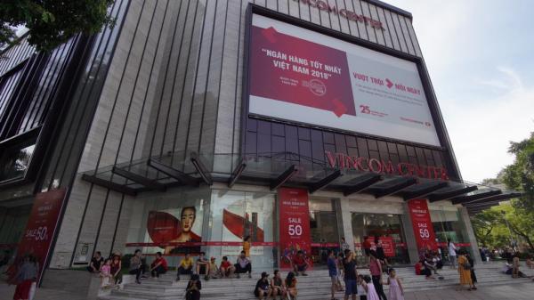 Chùm ảnh: Hàng trăm thương hiệu giảm giá mạnh, người dân Sài Gòn và Hà Nội xếp hàng chờ vào mua sắm ở Vincom