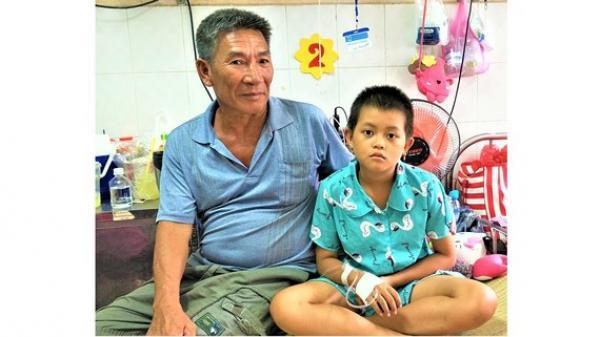 Trà Vinh: Ba mẹ chia tay bỏ lại con ung thư máu cho ông bà nội già yếu