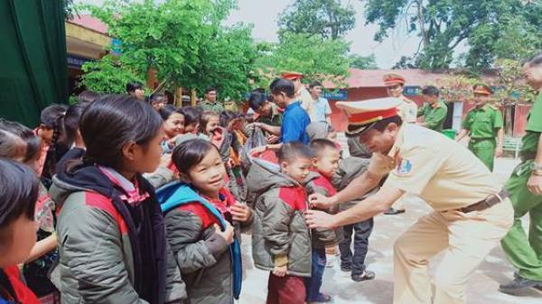 Cục Cảnh sát Giao thông tặng quà học sinh nghèo Điện Biên
