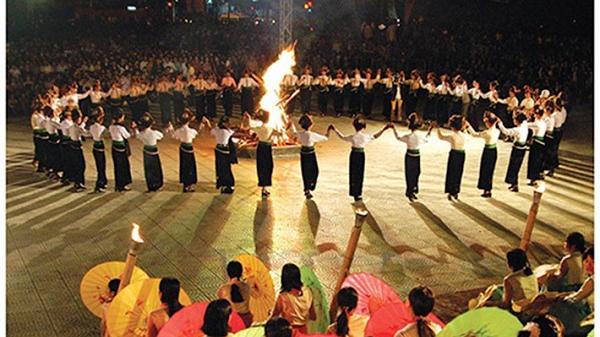 Trình diễn 6 điệu xòe cổ trong ngày hội dân tộc Thái tại Điện Biên