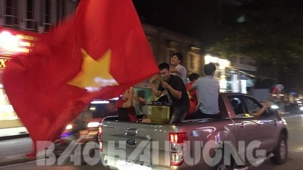 Người hâm mộ Hải Dương đổ ra đường ăn mừng chiến thắng của đội tuyển Việt Nam
