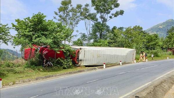 Lật xe container tại dốc Nà Lơi trên Quốc lộ 279