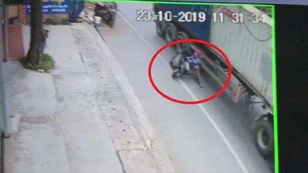 Video: Lạnh gáy chứng kiến cảnh người phụ nữ ngã nhào vào bánh xe container