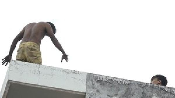 Thanh niên biểu hiện ng.áo đ.á, leo nhà cố thủ nửa ngày ở quận 7