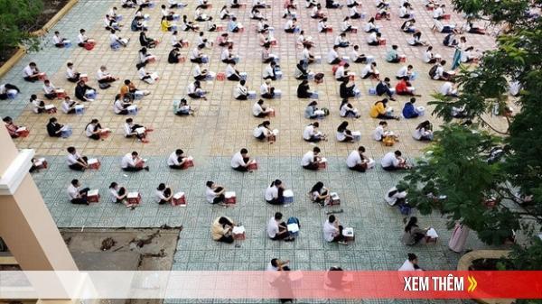 Choáng trước cảnh hàng trăm học sinh một trường cấp 3 ngồi bệt dưới đất làm bài kiểm tra