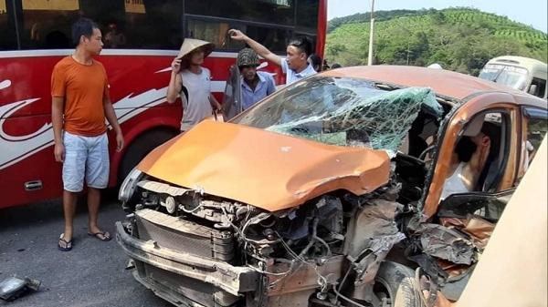 Ô tô con đ.âm trực diện xe khách trên QL6, người dân p.há cửa giải cứu tài xế mắc kẹt trong cabin