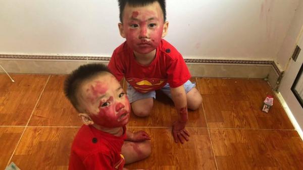 Sự im ắng khác thường trong phòng và 2 cậu con trai mặt mũi bê bết vết đỏ khiến mẹ trẻ đứng hình, cười trong nước mắt
