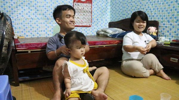 Cuộc sống khốn khó nhưng ngập tràn hạnh phúc của đôi vợ chồng tí hon, chỉ cao 1 mét ở Hà Nội
