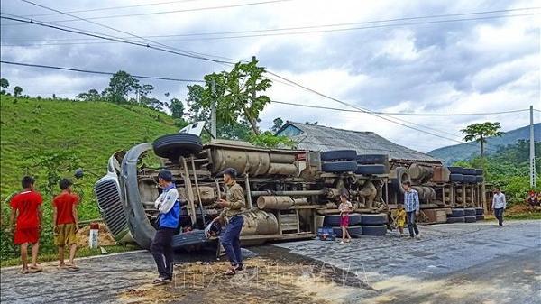 Điện Biên: Lật xe đầu kéo container trên Quốc lộ 279