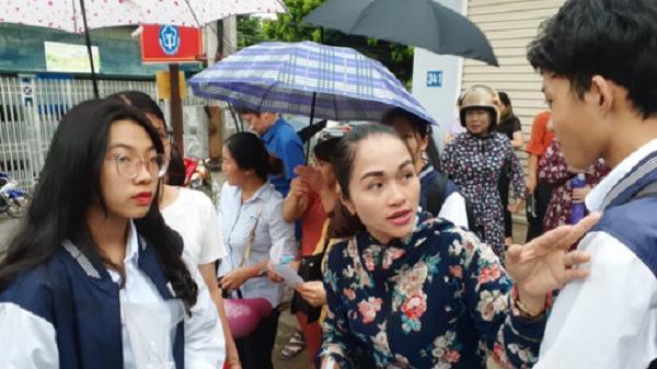 Điện Biên: Thí sinh đội mưa đến trường thi