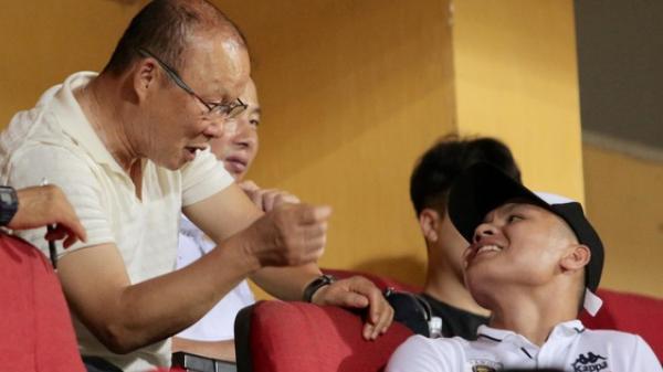 HLV Park Hang-seo và Quang Hải ăn mừng cuồng nhiệt khi chứng kiến Đức Huy lập cú đúp