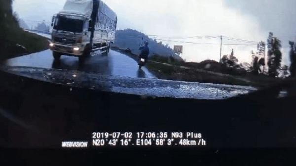 CLIP: Đổ đèo nhanh, xe tải hại xe con và xe máy trong tích tắc rồi phóng thẳng