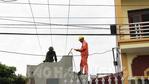 Điện lực Thanh Miện giúp vợ chồng già yếu tháo dỡ công trình vi phạm hành lang lưới điện
