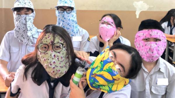 Trở lại lớp sau mùa dịch, nhóm học sinh trùm kín mặt như ninja, tụ tập chụp chung tấm ảnh rồi lại ngồi cách nhau 2m