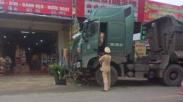 Xe đầu kéo lưu thông theo hướng Thanh Hóa - Ninh Bình gây tai nạn khiến cháu bé 4 tuổi tử vong