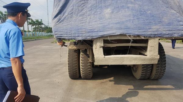 Ninh Bình: Kỳ lạ chiếc xe chở đầy hàng bị bỏ lại, cán bộ giao thông phải túc trực tìm chủ