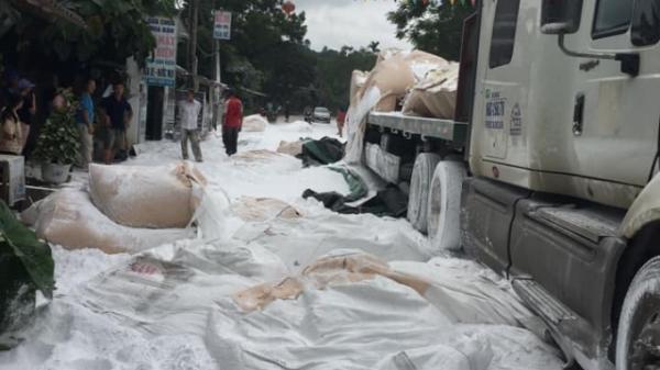 Yên Bái: Giữa trưa nắng, đường như phủ tuyết trắng xoá vì bột đá rơi xuống