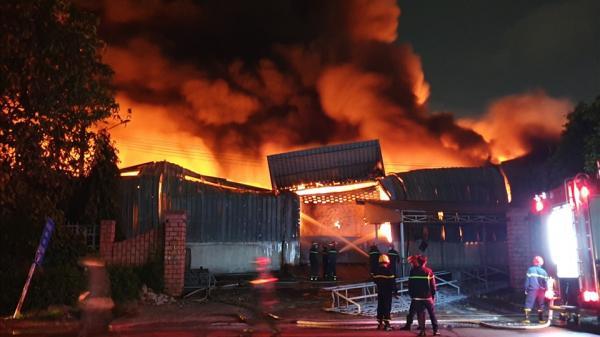 Cháy lớn trong kho hàng ở khu vực Sóng Thần, Bình Dương