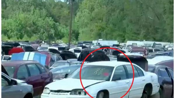 """Thấy ô tô đề """"miễn phí"""", 2 thanh niên hí hửng nhảy lên lái đi chơi, 1 lúc sau rụng rời chân tay với thứ ở trong cốp"""