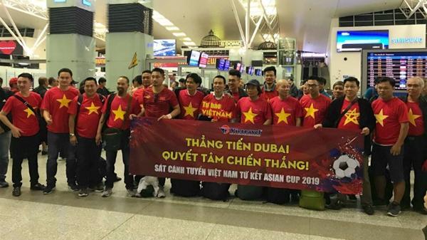 CĐV Việt Nam ngồi máy bay 5000 km sang Dubai cổ vũ, màu đỏ phủ kín sân bay, tự hào lắm 2 chữ Việt Nam!