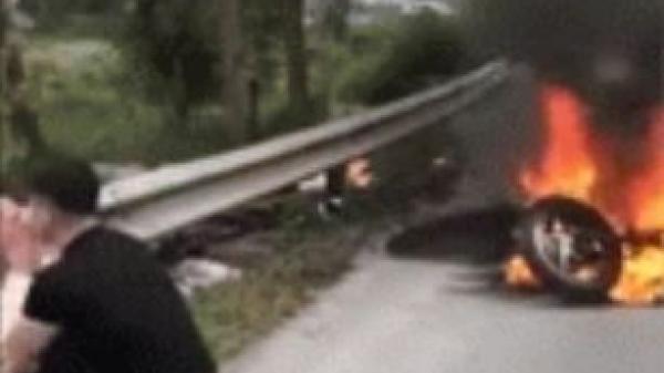 Clip: Chứng kiến xe SH mới mua bốc cháy giữa đường, người đàn ông bật khóc nức nở