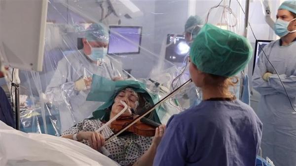 Bệnh nhân chơi đàn violin khi phẫu thuật não