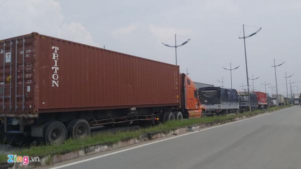 Lật xe trên cao tốc TP.HCM - Trung Lương, quốc lộ kẹt cứng