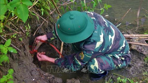 Yên Bái: Phát cỏ ven suối phát hiện quả bom xuyên phá của Pháp
