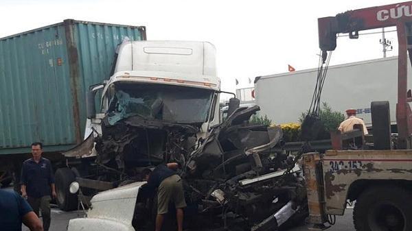Ngay sáng nay: Tai n.ạn tiếp diễn trên quốc lộ 5, xe container nát đầu