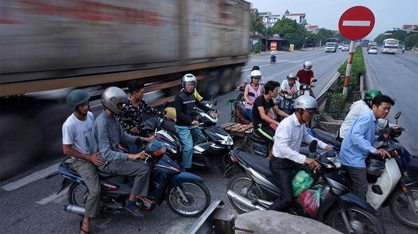 """Chùm ảnh: Dân ven Quốc lộ 5 sang đường kiểu """"không sợ chết"""""""