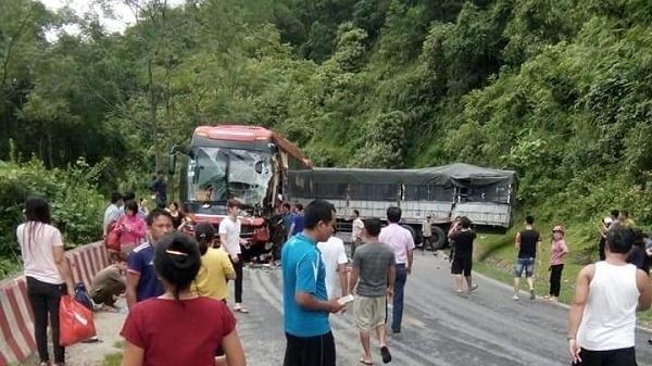 Hòa Bình: Ôtô tải tông xe khách, tài xế mắc kẹt trong cabin