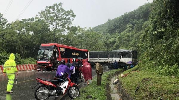 Ô tô khách gặp tai nạn ở Hòa Bình, tài xế trọng thương mắc kẹt trong ca bin