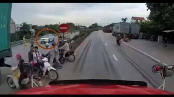 CSGT bác thông tin ôtô tải né xe cảnh sát nên đè chết 5 người