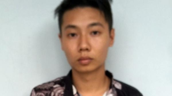 Sử dụng vũ khí nóng uy hiếp, cướp tiền của lái xe taxi Hòa Bình