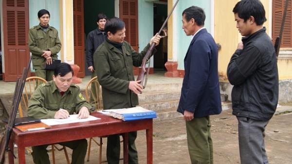 Tranh thủ người có uy tín, vận động nhân dân giao nộp súng tự chế