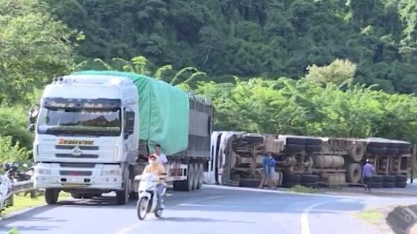 Clip: Lật xe đầu kéo Container tại đèo Nà Lơi ngày 16/8, trên Quốc lộ 279
