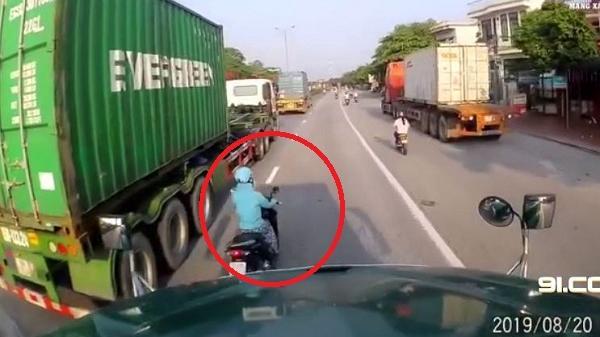 Clip: Nữ 'ninja' vượt ẩu, tạt đầu xe container trên quốc lộ 5