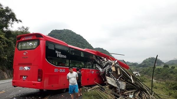 Hòa Bình: Xe khách lao vào xe tải chở luồng, 2 người chết, 14 người bị thương