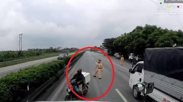 Hải Dương: Clip tài xế 'phanh cháy lốp' tránh người điều khiển xe máy bỏ chạy CSGT