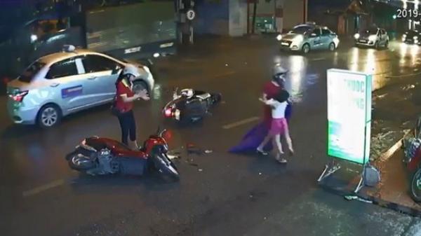 Clip: Bị tông trúng, con gái ngã bệt xuống đường do người phụ nữ dừng xe máy giữa đường để... mặc áo mưa