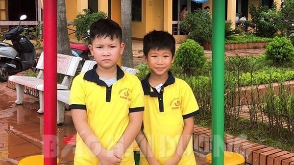 Hai học sinh lớp 4 Trường Tiểu học thị trấn Thanh Miện không tham của rơi