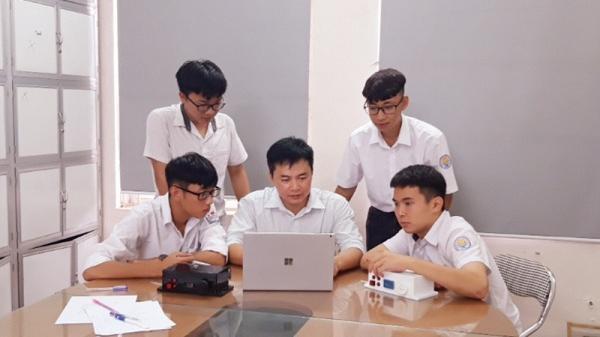 """Những chàng trai """"vàng"""" của giáo dục tỉnh Hòa Bình"""