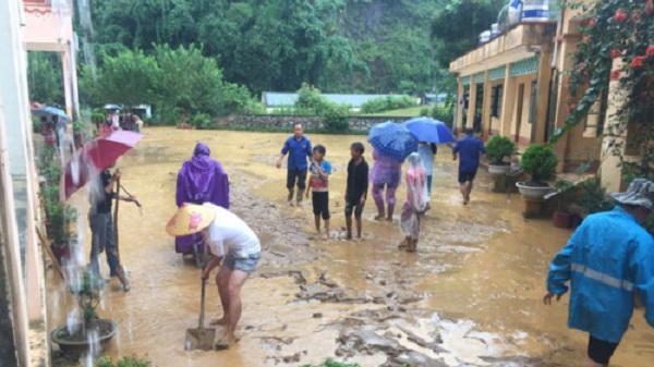 """Thầy trò vùng cao Điện Biên dầm mình trong mưa """"cứu"""" trường bị lũ"""