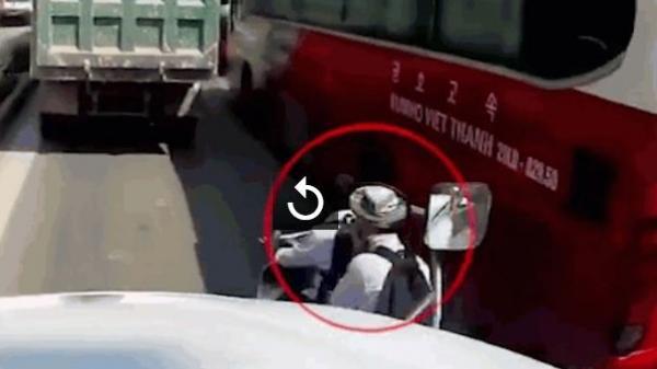 Xe container phanh cháy đường nhường 2 học sinh lách xe qua khe hẹp