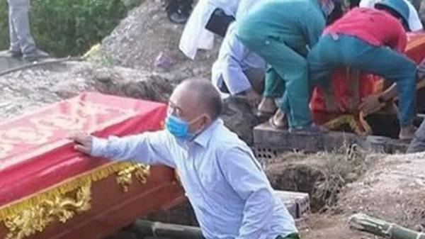 """Vụ """"cháy phòng trà 6 người tử vong: Nhói lòng cảnh """"người đầu bạc tiễn kẻ đầu xanh"""""""