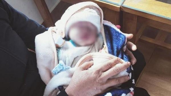 Đau lòng: Bé gái sơ sinh cuống rốn còn buộc dây thun bị bỏ rơi cả đêm dưới cơn mưa tầm tã