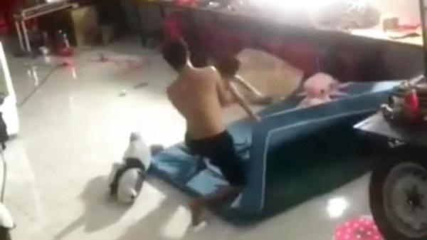 Cha bạo hành con nhỏ: Cởi hết quần áo, giẫm lên người để đánh nhưng phẫn nộ nhất là thái độ của mẹ