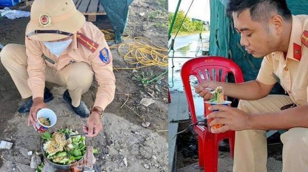 Bát mì trộn toàn rau của chiến sĩ CSGT cùng chiếc bếp tự chế tại chốt khiến nhiều người rưng rưng