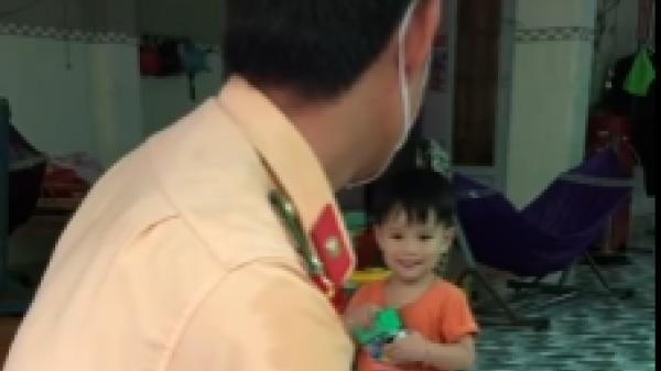 Chiến sĩ CSGT rơm rớm nước mắt khi về thăm nhà, con trai không nhận ra ba: Sự gượng gạo nhìn đến đau lòng